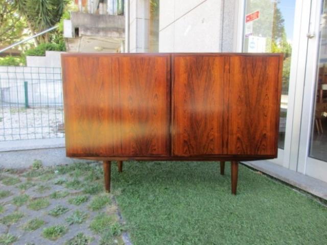 Aparador nórdico em pau santo, desenhado por Omann Jun, modelo 4. Mobiliário nórdico no Porto. Mobiliário vintage no Porto. Restauro de móveis no Porto.