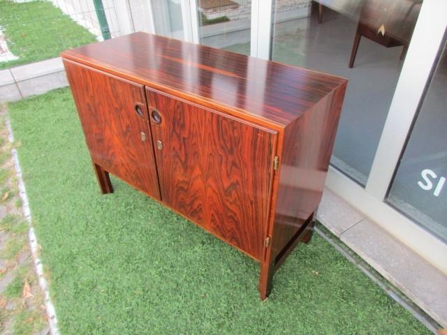 Aparador nórdico em pau santo. Mobiliário nórdico no Porto. Mobiliário vintage no Porto. Restauro de móveis no Porto.
