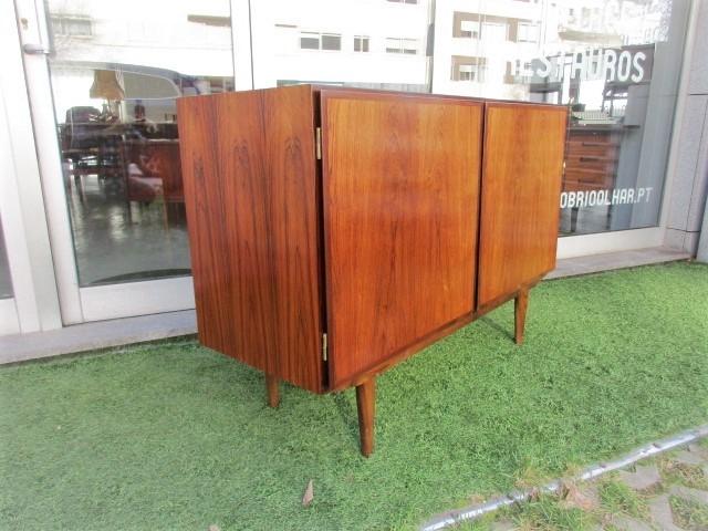 Aparador nórdico em pau santo, desenho de Omann Jun. Mobiliário nórdico no Porto. Mobiliário vintage no Porto. Restauro de móveis no Porto.