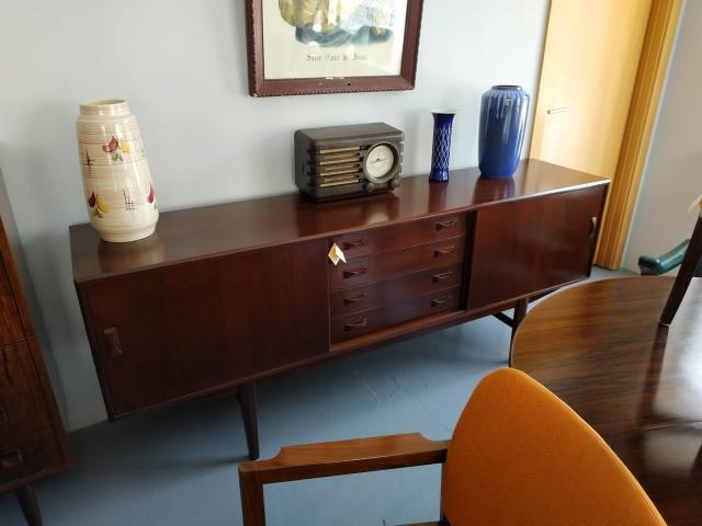 Aparador nórdico em teca, produzido por Clausen & Søn. Mobiliário nórdico no Porto. Mobiliário vintage no Porto. Restauro de móveis no Porto.