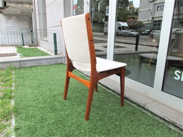 Nordic Dining table chairs in rosewood designed by Johannes Andersen. Nordic furniture in Porto. Vintage furniture in Porto. Furniture restoration in Porto.