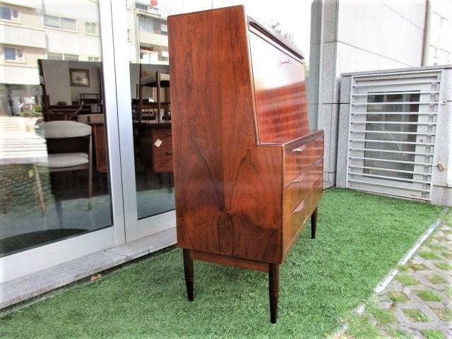 Nordic desk in rosewood, designed by Ib Kofod Larsen. Nordic furniture in Porto. Vintage furniture in Porto. Furniture restoration in Porto.
