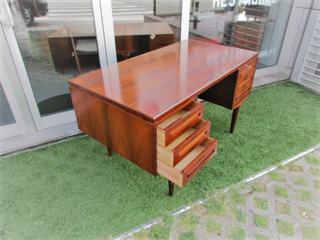 Nordic Desk in rosewood, designed by J Svenstrup.Nordic furniture in Porto.Vintage furniture in Porto.Restoration of furniture in Porto.