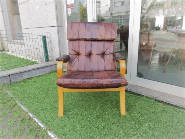 Nordic leather armchair. Nordic furniture in Porto. Vintage furniture in Porto. Restoration of furniture in Porto.
