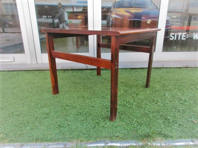 Nordic side table in rosewood.Nordic furniture in Porto.Vintage furniture in Porto.Restoration of furniture in Porto.
