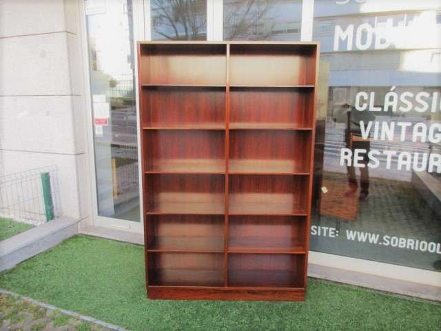Nordic bookcase in rosewood, drawing by Omann Jun, model 12.Nordic furniture in Porto.Vintage furniture in Porto.Restoration of furniture in Porto.
