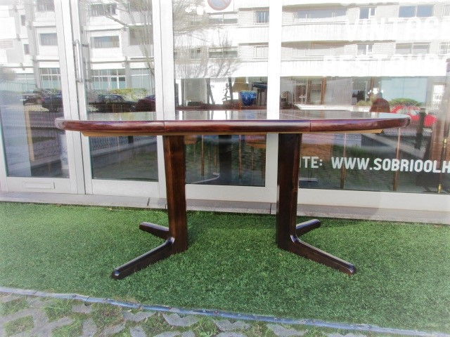Nordic dining table in rosewood produced by Skovby. Nordic furniture in Porto. Vintage furniture in Porto. Furniture restoration in Porto.