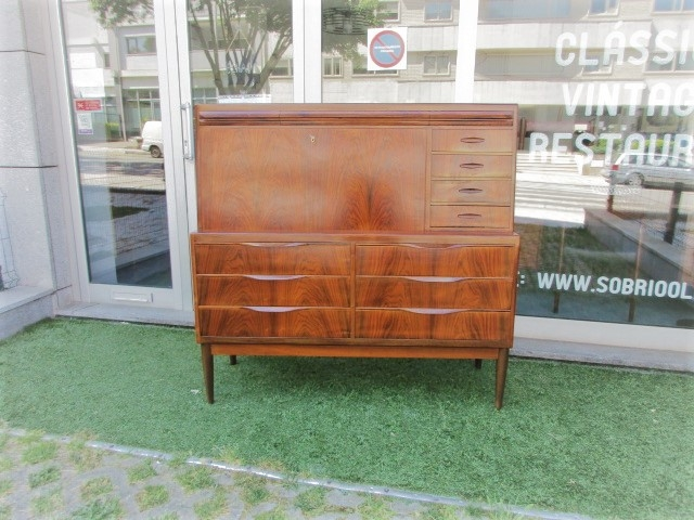 168/5000 Nordic desk / secretary in rosewood, designed by Ib Kofod Larsen.Nordic furniture in Porto.Vintage furniture in Porto.Furniture restoration in Porto.