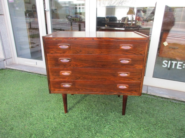 Nordic chest of drawers in rosewood. Nordic furniture in Porto. Vintage furniture in Porto. Furniture restoration in Porto