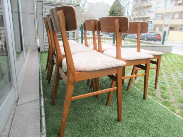 Nordic teak chairs, produced by Farstrup Mobler, model 210. Nordic furniture in Porto. Vintage furniture in Porto. Furniture restoration in Porto.