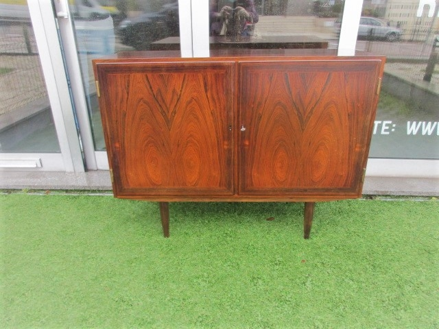 Nordic sideboard in rosewood, designed by Kai Winding. Nordic furniture in Porto. Vintage furniture in Porto. Furniture restoration in Porto.