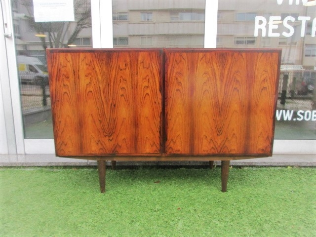Nordic sideboard in rosewood, designed by Omann Jun, model nº 4. Nordic furniture in Porto. Vintage furniture in Porto. Furniture restoration in Porto.
