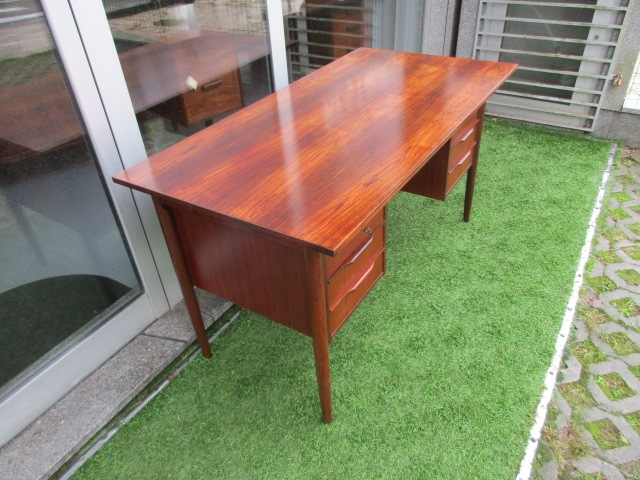 Nordic desk in rosewood. Nordic furniture in Porto. Vintage furniture in Porto. Furniture restoration in Porto.