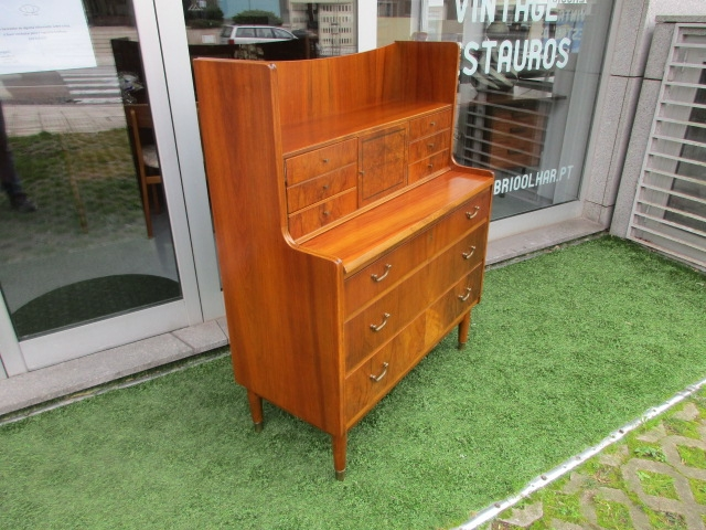 Nordic walnut desk. Nordic furniture in Porto. Vintage furniture in Porto. Furniture restoration in Porto.