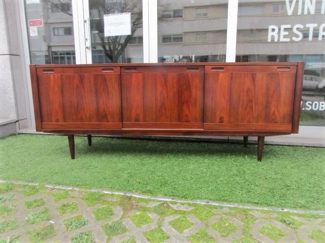 Nordic sideboard in rosewood. Nordic furniture in Porto. Vintage furniture in Porto. Furniture restoration in Porto