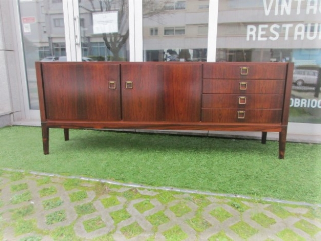 Vintage sideboard in rosewood. Nordic furniture in Porto. Vintage furniture in Porto. Furniture restoration in Porto.