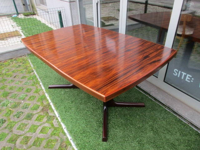 Nordic dining table in rosewood produced by Farstrup Mobler. Nordic furniture in Porto. Vintage furniture in Porto. Furniture restoration in Porto.