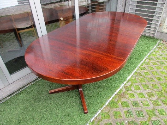 Nordic dining table in rosewood. Nordic furniture in Porto. Vintage furniture in Porto. Furniture restoration in Porto.