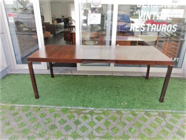 Nordic dining table in rosewood. Nordic furniture in Porto. Vintage furniture in Porto. Furniture restoration in Porto
