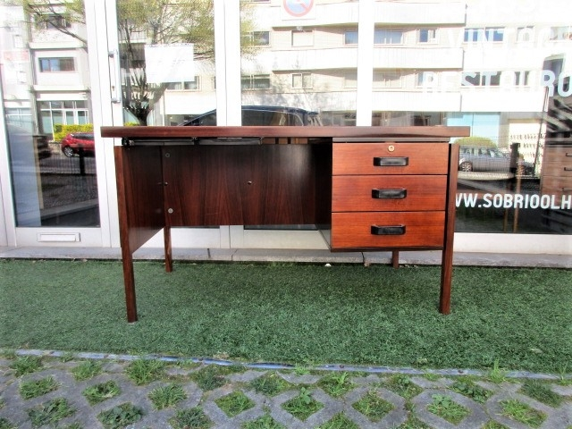 Vintage desk in rosewood, produced by MIM - Mobili Italiana Moderne. Nordic furniture in Porto. Vintage furniture in Porto. Furniture restoration in Porto.