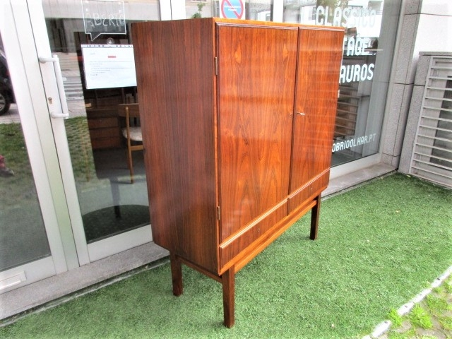 Nordic sideboard in rosewwod. Nordic furniture in Porto. Vintage furniture in Porto. Furniture restoration in Porto.