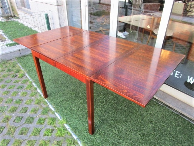 Nordic dining table in rosewood produced by Vejle Stole & MÖBELFABRIK. Nordic furniture in Porto. Vintage furniture in Porto. Furniture restoration in Porto.