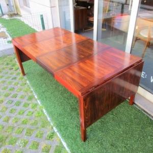 Mesa de jantar nórdica, produzida pela Vejle Stole