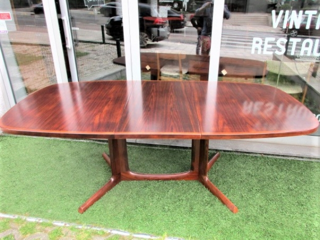 Nordic dining table in rosewood, designed by Niels Otto Moller to Gudme MÖBELFABRIK. Nordic furniture in Porto. Vintage furniture in Porto. Furniture restoration in Porto.