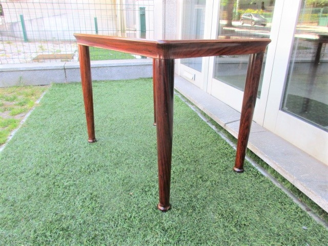 Nordic side table in rosewood, produced by Vejle Stole. Nordic furniture in Porto. Vintage furniture in Porto. Furniture restoration in Porto