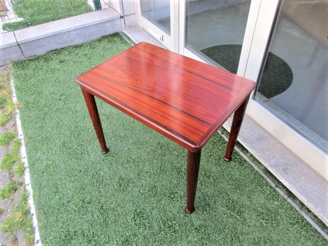 Nordic side table in rosewood, produced by Vejle Stole. Nordic furniture in Porto. Vintage furniture in Porto. Furniture restoration in Porto.