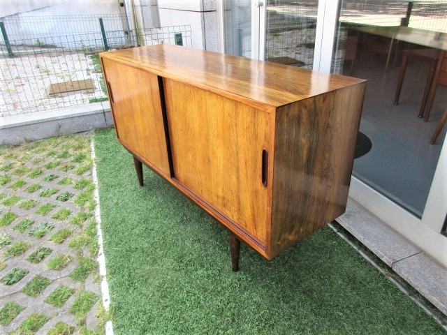 Nordic sideboard in rosewood, designed by Carlo Jensen. Nordic furniture in Porto. Vintage furniture in Porto. Furniture restoration in Porto.
