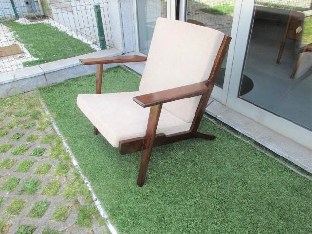 Nordic type armchairs, similar to the Hans Wegner model GE290. Nordic furniture in Porto. Vintage furniture in Porto. Furniture restoration in Porto.